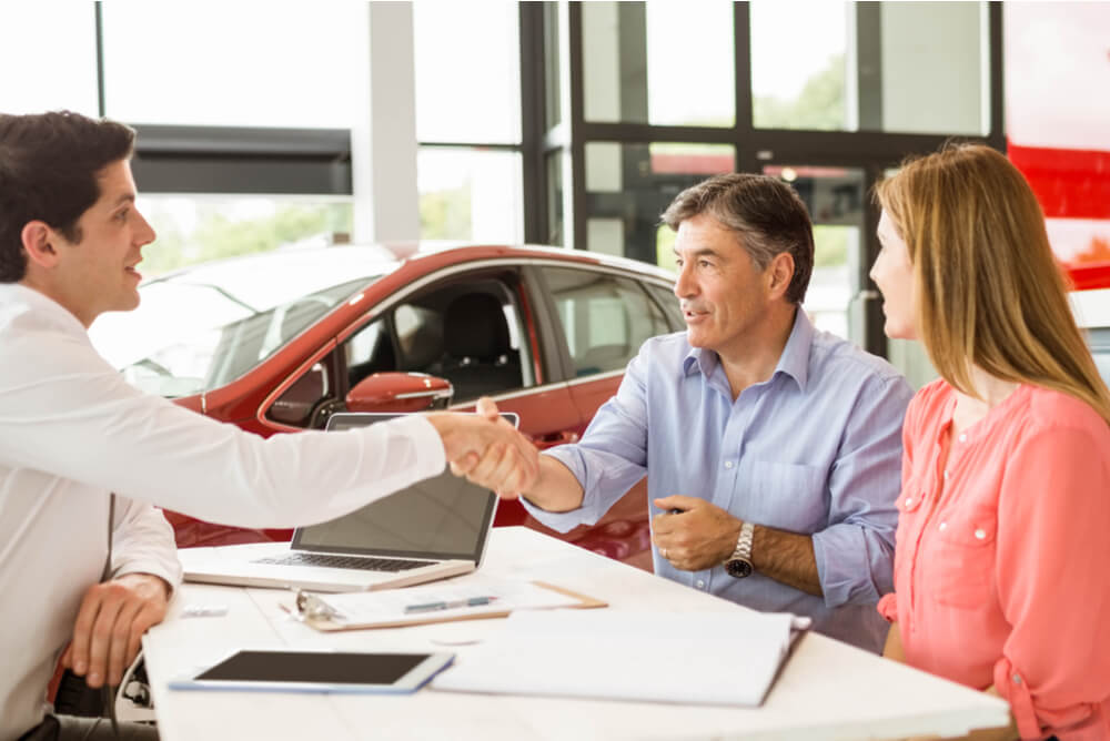 husband and wife buying car insurance